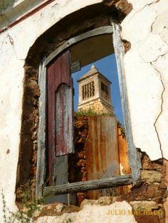 No céu que serve de fundo a uma velha chaminé algarvia. Portugal