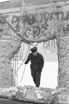 Die Berliner Mauer (The Berlin Wall) West Berlin, Berlin Wall, Emotional Photos, East Germany, Cold War, Baby Month By Month, Old Photos, My Arts, Artsy