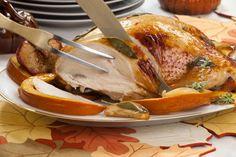 Die gebratene Putenbrust mit Salbei-Honig-Butter ist eine köstliche Alternative zum Schweinebraten. Das Rezept hierfür stammt aus den USA.