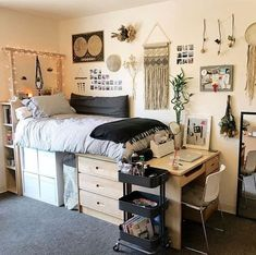 dorm room organization & dorm room ideas - dorm room - dorm room designs - dorm room ideas for guys - dorm room organization - dorm room decor - dorm room hacks - dorm room ideas organization College Bedroom Decor, Cool Dorm Rooms, College Dorm Rooms, College Roommate, College Dorm Decorations, Diy Dorm Decor, Dorm Desk Decor, Cool Room Decor, College Football