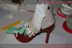 Tartas, Galletas Decoradas y Cupcakes: Paso a Paso Zapatos. Modelado en Fondant. Barbie Shoes, Doll Shoes, Girl Shower Cake, Shoe Template, Shoe Cakes, Baby Shawer, Sugar Craft, Cake Tutorial, Stiletto Heels