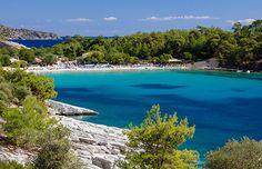Thassos. Doordat het eiland niet zo groot is, kun je het eiland gemakkelijk verkennen. Bovendien wordt het ook wel het 'groene eiland' genoemd, vanwege de prachtige bossen, pijnbomen en het contrast van het heldere blauwe water. Pak de auto en ga bijvoorbeeld naar de dorpjes Skala Rachonis, Skala Prinos en Skala Potamias.