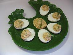 Uova ripiene al formaggio e pesto siciliano