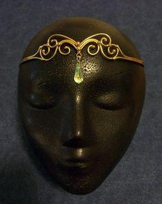 Cercle bronze avec goutte de cristal.La pièce maîtresse de la conception est à peu près 1 pouce de haut (un peu moins de 2 pouces dont la bel