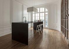 schrank versteckte küche kochinsel weiße wände zierprofile