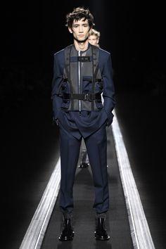 Dior Men's Fall 2019 Dior Fall 2019 Menswear Dior Fashion, Fashion Boots, Runway Fashion, Fall Fashion, Cyberpunk Mode, Cyberpunk Fashion, Male Fashion Trends, Fashion News, Male Fashion Show