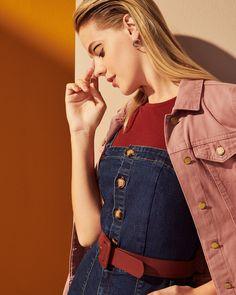 Os tons de berrie e rosado vão colorir os looks dessa coleção. A aposta da vez é brincar com o mix dessa cartela de cores para criar produções cheias de personalidade. Aproveite a tendência das sobreposições e junte uma blusa bordô debaixo do macacão pantacourt jeans. A jaqueta mais clara traz um ponto de luz e a sandália flat combinando com o cinto finalizam a produção. #VemProvar Plus Size Jeans, Mix, Moda Online, Fashion, Fashion Stores, Outfit Store, Brazilian Women, Mockup, Blouse