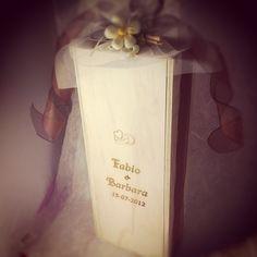 Fabio e Barbara hanno scelto una bottiglia di #vino #castellodegliangeli confezionata in un #cofanetto in #legno serigrafato e personalizzato, per donare ai loro ospiti una #bomboniera di..Vino www.castellodegliangeli.com