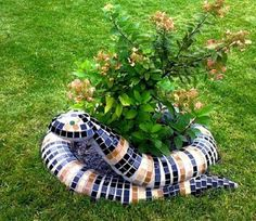 35 unique planters and flower pots Welcome to our gallery of unique and sometimes unexpected flower pots and planters! Flowerpots and planters are a great way to add inter. Garden Crafts, Diy Garden Decor, Garden Projects, Mosaic Garden Art, Mosaic Tile Art, Flower Pot Crafts, Flower Pots, Back Gardens, Outdoor Gardens