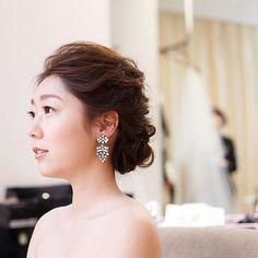 そして、 メイク完了!…なショットも。 後ろにはベールがスタンバイ。 . …#アップは恥ずかしい #結婚式 #ブライズルーム#オールバック#パレスホテル東京#ウェディング#wedding#ヘアメイク#イヤリング#thetreatdressing #palacehoteltokyo#yuri43wedding