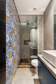 Small modern bathroom with big shower and multi coloured turkish inspired tile wall. Blue vanity with free standing sink. By: Arquitetura Bathroom Layout, Modern Bathroom Design, Bathroom Ideas, Bathroom Organization, Bathroom Designs, Minimal Bathroom, Bathroom Storage, Bathroom Inspiration, Long Narrow Bathroom