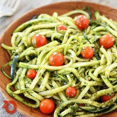 O spaghetti de abobrinha é uma excelente ideia para variar o tradicional. Sem farinha, sem glúten, quase livre de gordura, a versão feita com o legume é leve e deliciosa! Aqui, preparamos com o molho pesto. (y)  Você vai precisar de 4 abobrinhas pequenas, 2 xícaras de folhas de manjericão fresco, 2 dentes de alho, 1/3 xícara de azeite extra-virgem, 2 colheres de chá de suco de limão fresco, 1/4 xícara de queijo pecorino ralado, tomates cereja, sal e pimenta do reino a gosto.  Use um…
