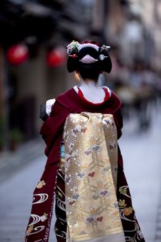 Beautiful color combination.  Kyo Odori stage by Onihide, via Flickr