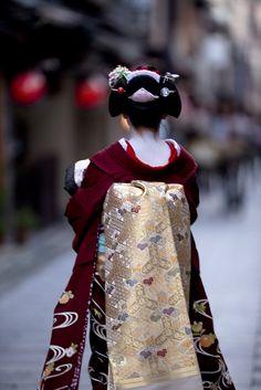 Beautiful color combination.  Kyo Odori stage by Onihide, via Flickr