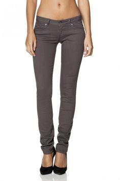 97% Algodão  3% ElastanoCalças Push Up Wonder em sarja de cor cinza e perna slim.Os jeans wonder são amplamente reconhecidos pelo efeito push-up que incorporam, proporcionado pelo design dos bolsos traseiros que, associado às pinças laterais, criam uma copa modeladora. Mantendo uma cinta baixa estes jeans asseguram sensualidade e conf