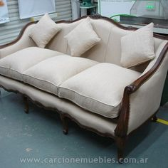 Vanity Table Vintage, Wooden Sofa Designs, French Sofa, Formal Living Rooms, Home Decor Furniture, Upholstery, New Homes, Couch, Interior Design