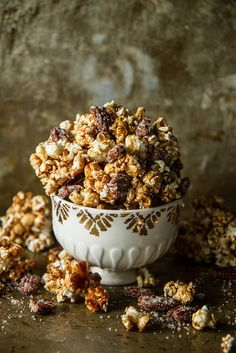 Spiced Apple Cider Caramel Corn with Candied Pecans: Curb your popcorn craving with this spiced apple cider variation on caramel corn. The best part? It only requires 10 minutes of prep time. Click through to find more easy apple cider recipes. Popcorn Au Caramel, Caramel Corn, Spiced Apple Cider, Spiced Apples, Popcorn Recipes, Snack Recipes, Flavored Popcorn, Popcorn Snacks, Dessert Recipes