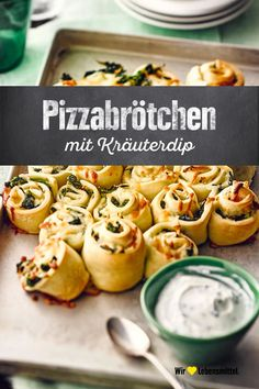 rolls with herbal dip - Delicious pizza rolls for the last minute party preparation! Girls night -Pizza rolls with herbal dip - Delicious pizza rolls for the last minute party preparation! Girls night - Du suchst ein schnelles, einfaches Rezept z. Pizza Snacks, Snacks Für Party, Pizza Girl, Healthy Eating Tips, Healthy Recipes, Vegetarian Recipes, Party Finger Foods, Pizza Rolls, Quiches