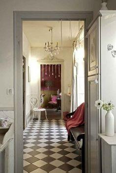 Carrelage blanc et noir dans le couloir / White and black tiles in the hallway