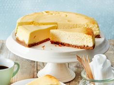 American Cheesecake - this is how the original works! DELICIOUS - American cheesecake is the big brother of our cheesecake as we know it. The American version, howev - The Cheesecake Factory, American Cheesecake, Keto Cheesecake, Cheesecake Cookies, Easy Cake Recipes, Dessert Recipes, Food Cakes, Homemade Chocolate, Bakery