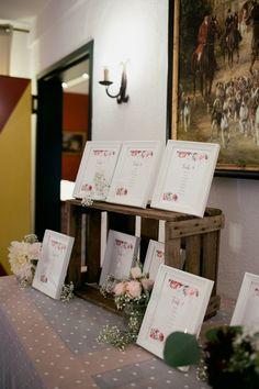 Einen Sitzplan in Bilderrahmen, präsentiert auf einer Holzkiste! #Blumen #Holzkiste #Papeterie #Sitzplan #Hochzeitsdekoration #JuliaWalterFotografie #Wedding #hochzeit