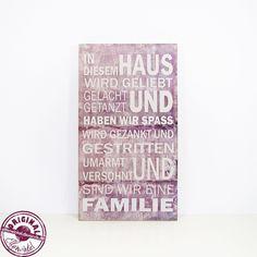 Schönes Schild in grau/taupe-weiß aus Holz mit folgendem wunderbaren Spruch:  In diesem Haus wird geliebt gelacht und getanzt haben wir Spass wird gezankt und gestritten umarmt und versöhnt fühlen...