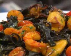 En un bol, colocar la harina, los huevos, el aceite y la tinta de calamar. Comenzar a integrar, agregar agua si es necesario y amasar. Una vez que tenemos una masa homogénea envolver en film y llevar a la heladera por 30 minutos.  Estirar la masa, cortar los fideos y hervir en agua y sal.  Para el relleno, colocar los mariscos (secos) en sartén caliente con un poquito de oliva y ajo rallado. Sumar los cherrys en mitades, desglasar con vino blanco y agregar el azafrán, la ralladura de ...
