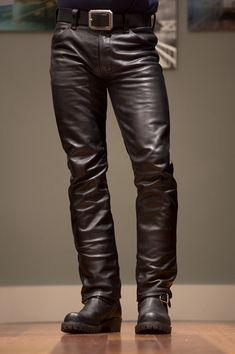 Mens Leather Pants, Tight Leather Pants, Jeans En Cuir, Leather Fashion, Mens Fashion, Leder Outfits, Engineer Boots, Young Fashion, Jeans And Boots