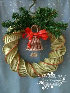 Плетение из газет Holiday Wreaths, Holiday Crafts, All Things Christmas, Christmas Time, Xmas Ornaments, Christmas Decorations, Paper Weaving, Newspaper Crafts, Flower Crafts