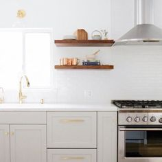 A pretty kitchen for your weekend ✨{from - Kitchen Cabinet Ideas Antique Kitchen Cabinets, Kitchen Cabinet Styles, Rustic Cabinets, Painting Kitchen Cabinets, Kitchen Cabinetry, Shaker Cabinets, Flat House Design, Kitchen Design, Kitchen Ideas