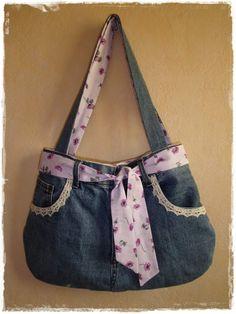 L'idée m'est venue lors de ma visite au salon de broderie de Saint-Aignan. En fait il y avait une dame qui exposait et vendait des sacs à main réalisés dans de vieux jeans. Je savais que j'avais un vieux jean troué dans mon armoire de tissus, et un joli...