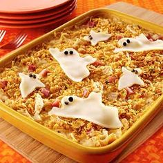Chicken Cordon Boo Casserole Make your own creamy cheese sauce for this delicious dinner casserole! Halloween Food Dishes, Chicken Halloween, Halloween Food For Party, Halloween Treats, Halloween Recipe, Spooky Treats, Halloween Goodies, Adult Halloween, Halloween 2019