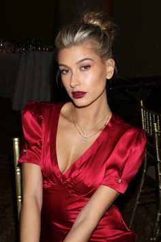Hailey Baldwin | The week's best beauty looks got a head start on the holidays with festive hair and makeup tweaks that met the darker nights with glowing, split-second polish.