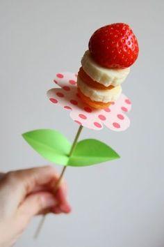 7x Gezonde traktatie met fruit om te trakteren op school, kinderdagverblijf, peuterspeelzaal, bij de opvang etc. Lekkere snacks met fruit en dus heel verantwoord voor kids!  Kidsproof!  Bloemen op een spies gemaakt van fruit! (aardbei, banaan, mandarijn) Ook leuk op een kinderfeest
