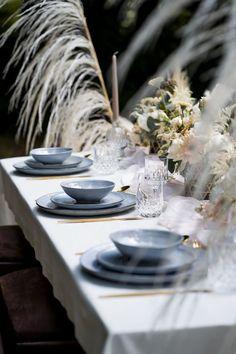 Ein Hauch von Vintage und dazu goldenes Besteck, das einen nordischen, modernen Look bringt. Zarte Floristik, weich fließende Farben und geometrische Details. Mehr im Blog! #tischdeko #vintagehochzeit #fineartwedding #hochzeitskiste #hochzeitsideen2021 #hochzeitsdekoidee #hochzeitstipps #hochzeitsblog #tischdeko #hochzeitsdeko #weddingideas #hochzeitstrend #hochzeitstrends #hochzeitstrends2021 #hochzeitplanen #realwedding #realweddingmoments #realweddinginspiration #hochzeitsblumen #blumendeko Modern, Table Settings, Table Decorations, Blog, Home Decor, Wedding Vows, Flatware, Colors, Trendy Tree