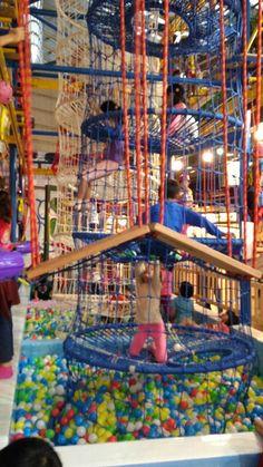 奇幻島探索樂園是以「攀爬」為主題的樂園,擁有球池、繩索攀爬、蜘蛛高塔、蹦床、及葫蘆網,以及綜合多道關卡多樣的攀爬器材,讓小朋友不僅在穿梭繩索及拓展運動享受成就感,也訓練孩子的肌肉與四肢協調力及專注力,適合3歲以上的小朋友來探索學習。