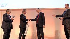 Auf den Hamburger IT-Strategietagen im Februar 2015 übergab CIO Hans-Joachim Popp vom DLR dem EU-Kommissar für Digitale Wirtschaft und Gesellschaft Günther Oettinger die Petersberger Erklärung.
