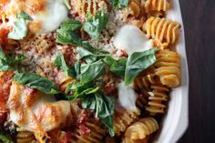 Baked pasta with tomatoes and mozarella Veggie Recipes, Pasta Recipes, Cooking Recipes, Healthy Recipes, Tuna Pasta Bake, Red Pepper Pasta, Jamie Oliver, How To Cook Pasta, Italian Recipes