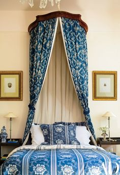 Boldly patterned fabrics enliven a guest room | archdigest.com