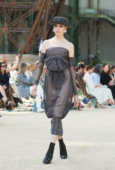Looks from the Fall-Winter Haute Couture show on the CHANEL official website Chanel Couture, Karl Lagerfeld, Coco Chanel, Winter 2017, Fall Winter, Tweed, Chanel 2017, Chanel Official Website, Chanel Fashion