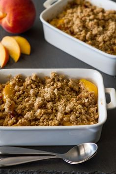 Peach Crisp – Fresh, juicy peaches are topped with oats, brown sugar and pumpkin pie spice to create a delicious summer dessert. It's perfect with a scoop of vanilla ice cream or a dollop of whipped cream. Fruit Recipes, Baking Recipes, Dessert Recipes, Fruit Dessert, Vegan Recipes, Köstliche Desserts, Delicious Desserts, Yummy Food, Yummy Treats