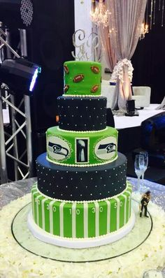 I want to get married again just to have this cake Seahawks Super Bowl, Seahawks Fans, Seahawks Football, Seattle Football, Seattle Seahawks, Pittsburgh Steelers, Dallas Cowboys, Sports Wedding, Cute Cakes
