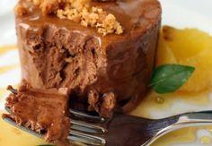 Bolo/sorvete de chocolate com calda de gengibre e manjericão
