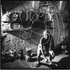 Picasso, affascinato dal mezzo tecnico, disegnò 30 opere fra cui centauri, tori, profili greci; disegnò anche la sua firma. La tecnica che usata da Mili prevedeva due telecamere in una stanza buia, una per la vista laterale e l'altra per la vista frontale. Dopo una prima sessione di prova di 15 minuti Picasso posò per ulteriori 5 sessioni.