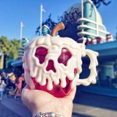 Disneyland's Snow White Poison Apple Mugs Are Baaaaack Comida Disneyland, Best Disneyland Food, Disneyland Dining, Disneyland Restaurants, Disney Dining, Disney Desserts, Disney Snacks, Cute Desserts, Poison Apple Mug