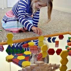 Activiteiten met peuters als de grote kids naar school zijn, oa Learn about Symmetry with Mirrors en op kleurenjacht