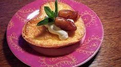 Bez cukru a bez mouky. Datlový koláček, který můžete na talíři ozdobit zakysanou smetanou. Autor: Jasmina Ben Pancakes, Pudding, Breakfast, Fit, Author, Morning Coffee, Shape, Custard Pudding, Pancake
