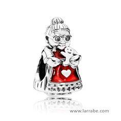 Abalorio Pandora Señora de Santa Claus, charm de plata adornada con esmalte rojo.  #joyasPandora #charmPandora #abalorioPandora #PandoraNavidad #Navidad #moda #mujer
