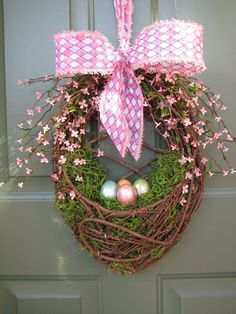 Give an Easter makeover to your door with a striking Easter door decoration. Glance through our fresh and peppy ideas here for an Easter-ready front door. Diy Spring Wreath, Spring Crafts, Easter Projects, Easter Crafts, Easter Decor, Easter Ideas, Craft Projects, Wreath Crafts, Diy Wreath