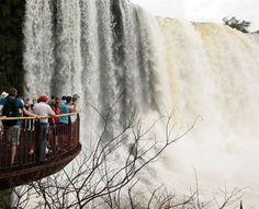 Καταρράκτης Ιguazu στη Παραγουάη(© DAVID MCNEW/Reuters)
